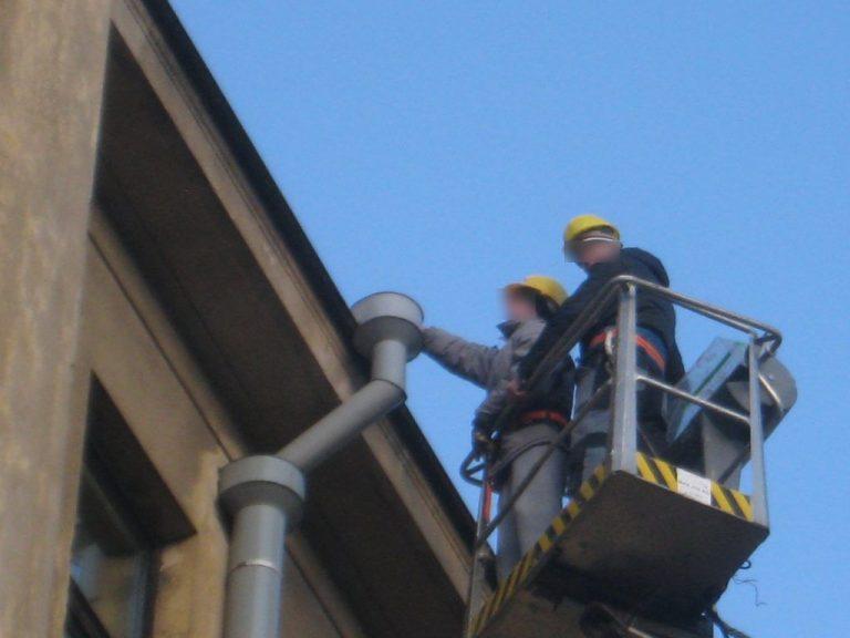 Valymo paslaugos Valome stogų latakus su pastoliais, autokeltuvais.