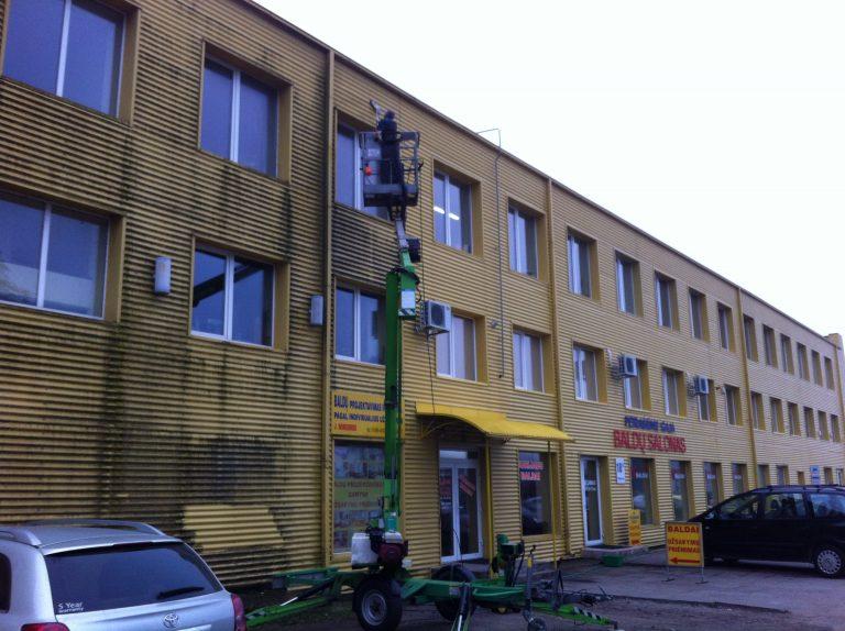 Ofisai Kaune, Petrašiūnuose. Nuvalytas fasadas su autokeltuvu ir spec. įranga.