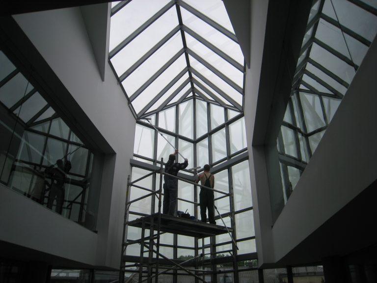 Valymo paslaugos. Valome ypatingai sunkiai pasiekiamus langus.