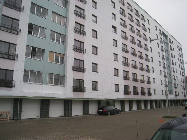 Valymo paslaugos atliktos daugiabučiuose namuose Krėvės pr., Kaune. Išvalyti požeminiai parkingai ir pakeliami garažų vartai.